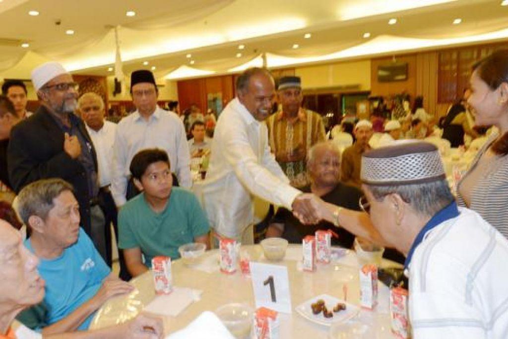 AGIH HABUAN: Encik Shanmugam meraikan golongan memerlukan, pemimpin masyarakat dan wakil pelbagai pertubuhan agama di majlis iftar anjuran Jamiyah. - Foto TUKIMAN WARJI