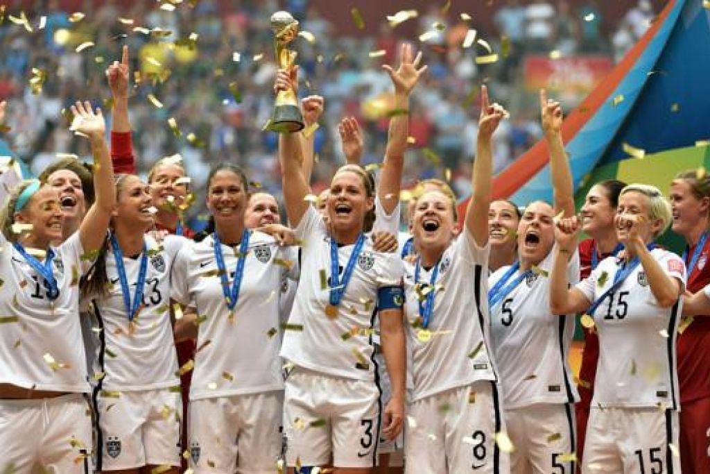 JUARA: Pasukan wanita Amerika Syarikat menjulang trofi setelah menewaskan Jepun 5-2 di perlawanan akhir Piala Dunia Wanita di Vancouver, Canada. - Foto AFP