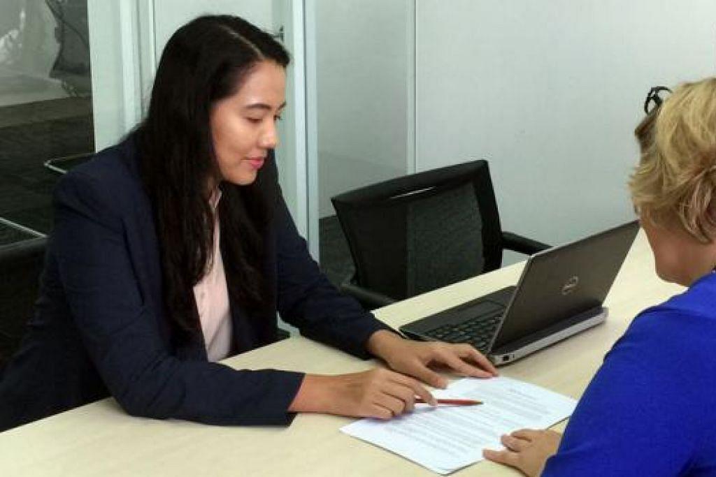 CEO SEBULAN: Cik Nadiah (kiri) yang mendapat bimbingan daripada Cik Hellemons untuk 'mengemudi' syarikat Adecco selama sebulan, terdedah kepada banyak pengalaman baru. - Foto ADECCO