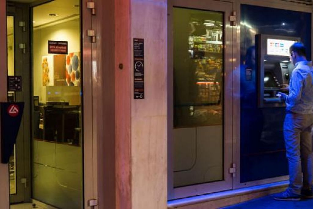 WANG DAH KERING: Menyusuli penutupan bank di Greece sejak seminggu lalu, ATM kehabisan wang. Pengeluaran wang melalui ATM dihadkan kepada 60 euro ($89) sehari. - Foto AFP