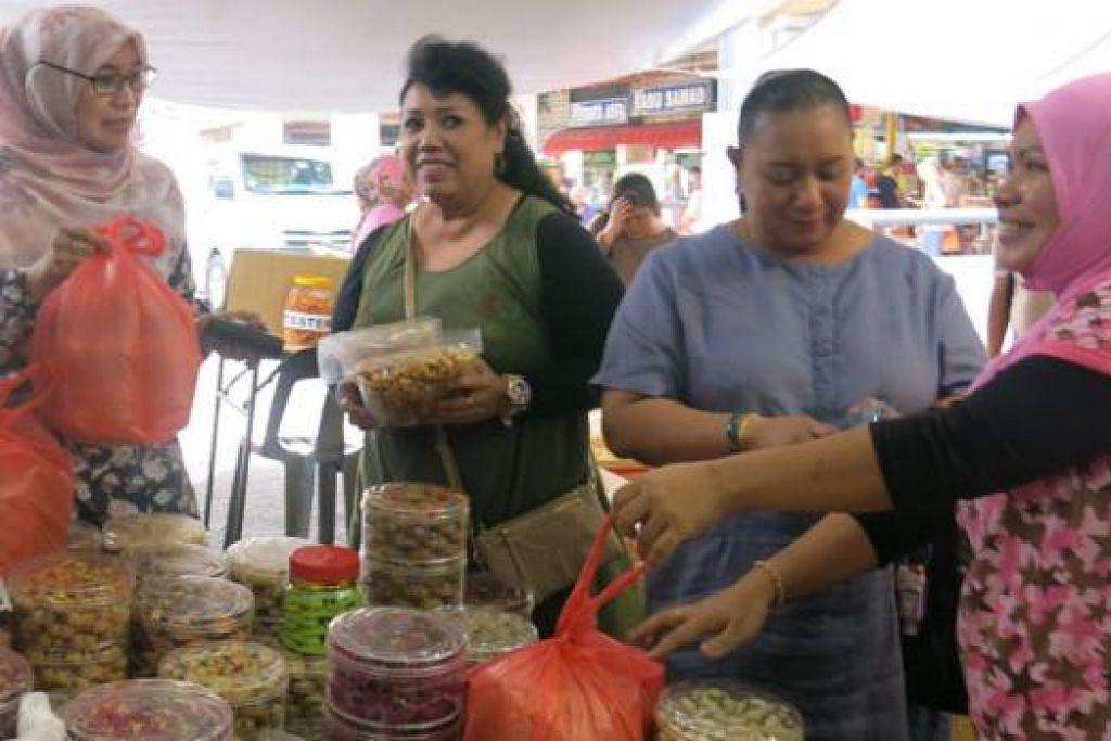 KE SEBERANG TAMBAK: Sudah menjadi kebiasaan jika nilai ringgit merosot ramai warga Singapura ke Seberang Tambak untuk membeli persiapan menjelang Aidilfitri. – Foto fail