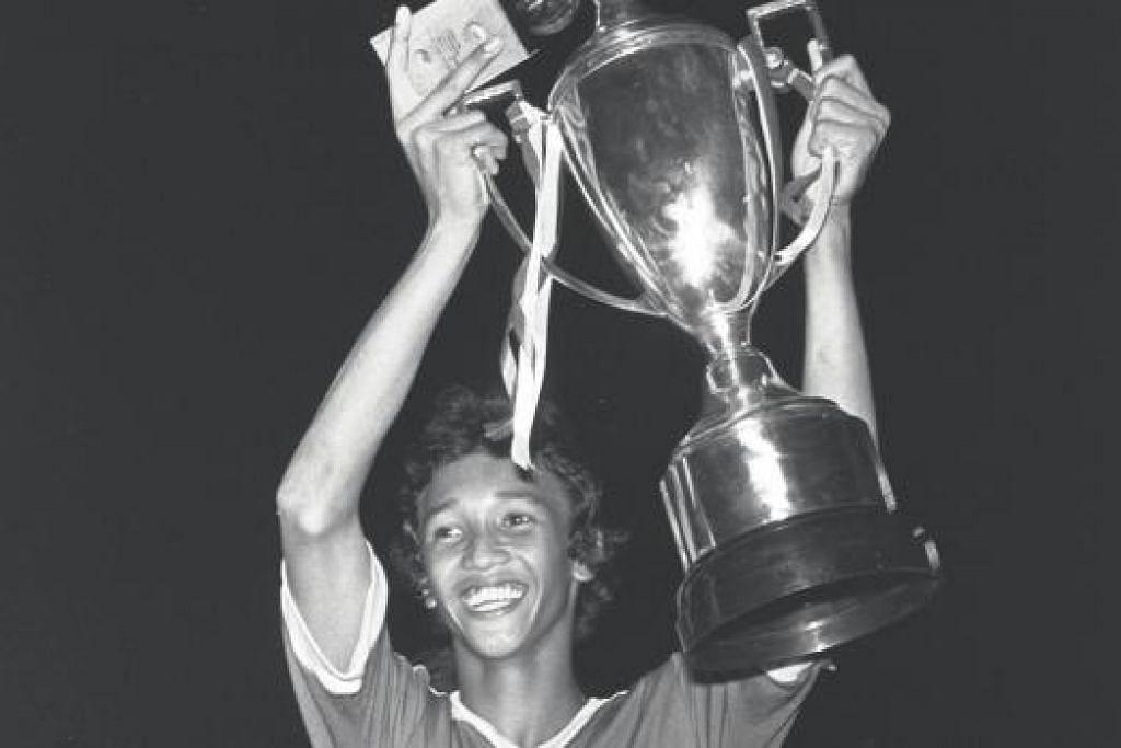 Fandi Ahmad bersama Piala Lion City