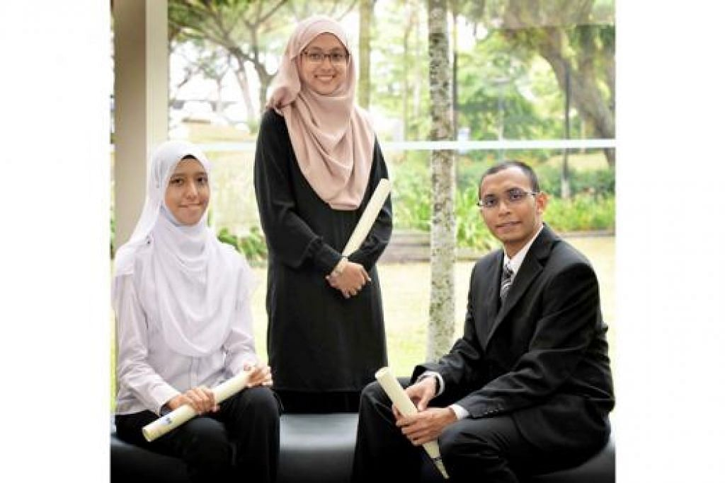 CEMERLANG: Cik Nur Syafiqah Mazlan, Cik Siti Nur Diyanah Hardy dan Encik Muhammad Mohamed Farid. - Foto KHALID BABA