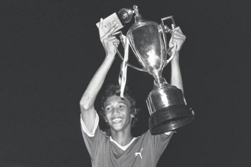 KEJAYAAN NOSTALGIA: Fandi Ahmad, kini jurulatih LionsXII, menjulang mahkota Piala Lion City pada 1977. - Foto fail