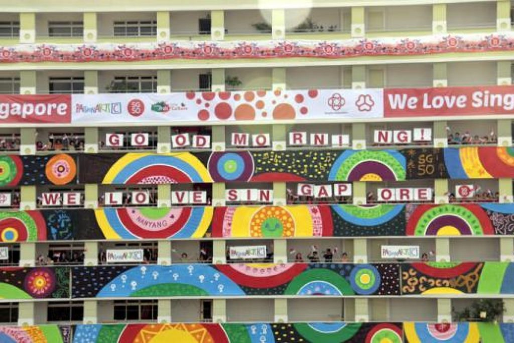 KARYA SENI: 'Circle of Life' dengan lukisan bulatan berwarna-warni ini dipaparkan di Blok 837 dan 839 di Jurong West Street 81. - Foto PASSION ARTS FESTIVAL 2015