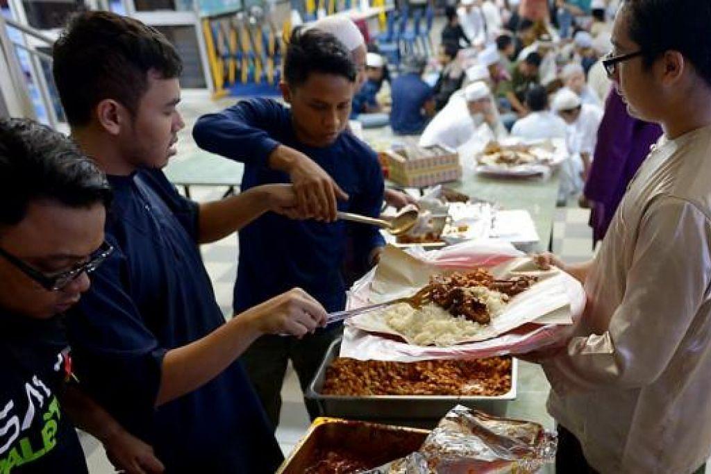 GOTONG-ROYONG: Sukarelawan masjid bergotong-royong menyediakan jamuan sahur untuk jemaah. - Foto TUKIMAN WARJI