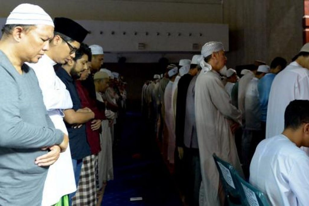 MENCARI MALAM ISTIMEWA: Ramai Muslim beriktikaf dan kemudian mengerjakan ibadah seperti bersolat malam dan membaca Al-Quran di masjid kerana berharap dapat meraih keberkatan lailatulqadar pada 10 malam terakhir Ramadan. - Foto TUKIMAN WARJI