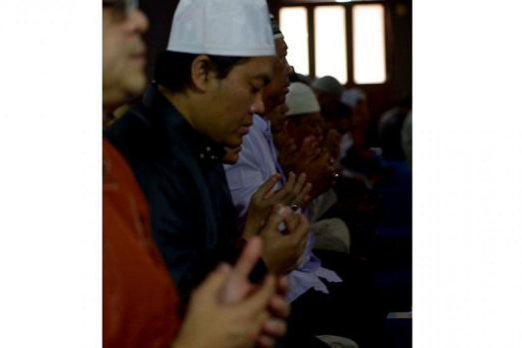 BERDOA BERSAMA-SAMA: Selepas bersolat, imam masjid membacakan doa dengan diaminkan jemaah.  - Foto TUKIMAN WARJI
