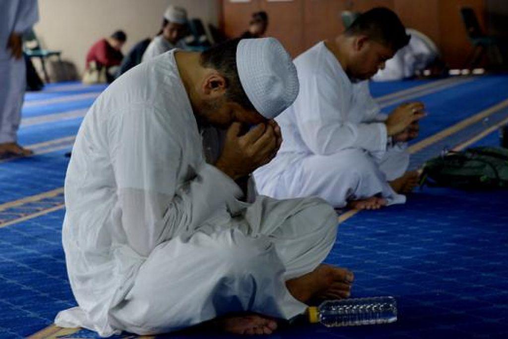 MENGHARAP PENGAMPUNAN: Seorang jemaah menadah tangan khusyuk berdoa mengharapkan keampunan dan keberkatan hidup. - Foto TUKIMAN WARJI