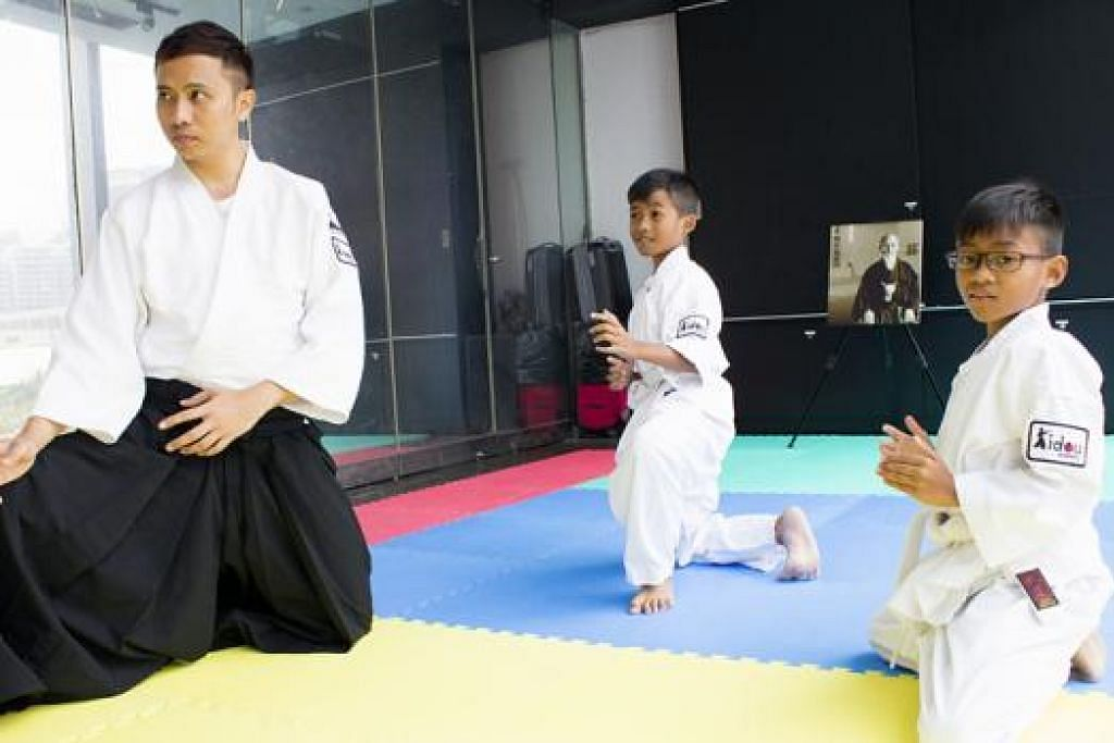 AJAR AIKIDO: Encik Erwin Yuhanis, ketua pelatih bagi pelajar kanak-kanak, yakin dengan potensi perniagaan dalam industri seni pertahanan diri Jepun aikido berdasarkan kajian pasaran yang dilakukannya. - Foto KIDOU ACADEMY