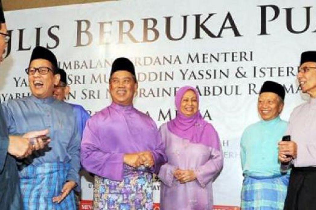 JADI TUMPUAN: Tan Sri Muhyiddin Yassin (tengah) dan isteri Puan Sri Noorainee Abdul Rahman beramah mesra dengan Ketua-ketua Pengarang pada Majlis Berbuka Puasa Bersama Media di Pejabat Korporat Utusan Melayu, kelmarin. - Foto THE STAR