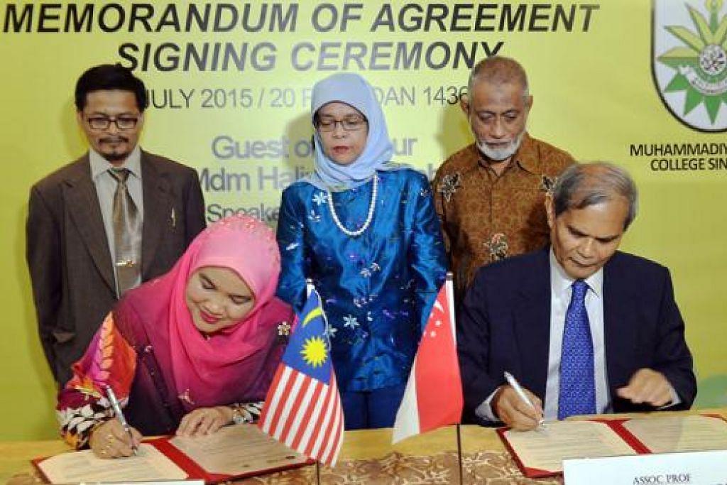 METERAI JANJI: Profesor Dr Rose Alinda sedang menandatangani MOU bersama Pengerusi KIM, Profesor Madya Dr Hussin Mutalib, sambil diperhatikan (berdiri dari kiri) Timbalan Dekan Fakulti Tamadun Islam (FTI) UTM, Profesor Madya Dr Ramli Awang, Cik Halimah Yacob dan Presiden Persatuan Muhammadiyah Singapura, Ustaz Shaik Hussain Shaik Yacob. - Foto KHALID BABA