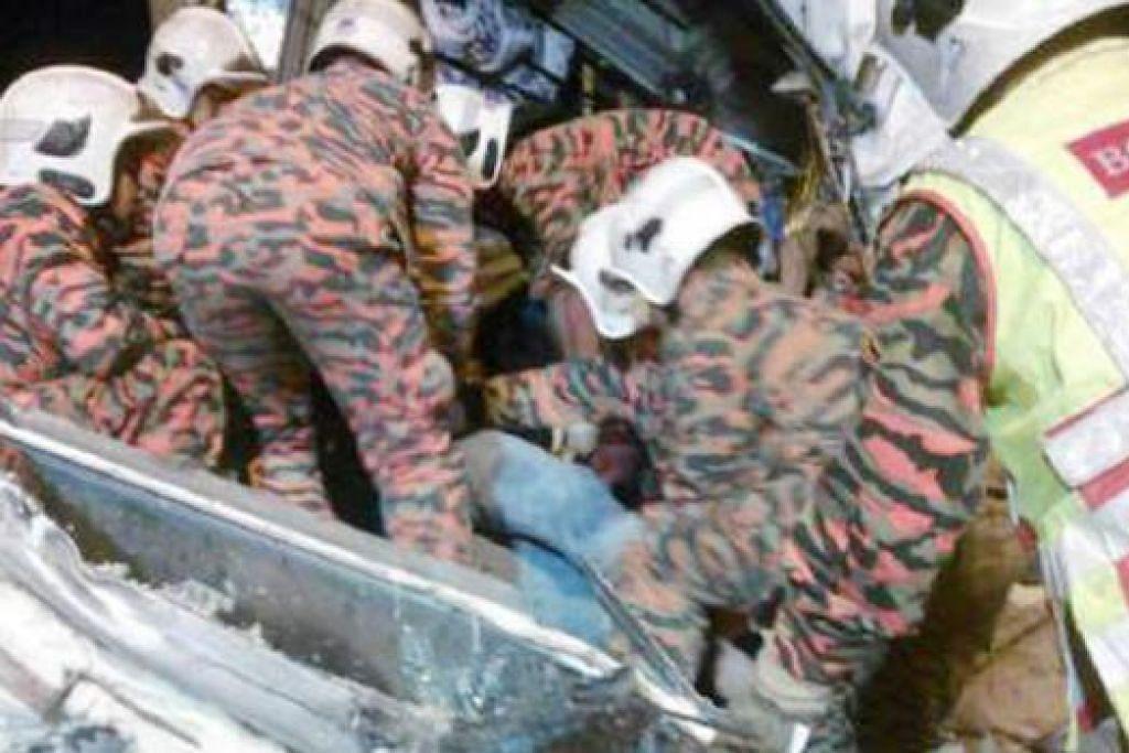 MATI TERSEPIT: Pemandu dan kelindan kededua lori berat maut dan tersepit di tempat duduk masing-masing dalam kemalangan dekat Palza Tol Pagoh semalam. - Foto NSTP