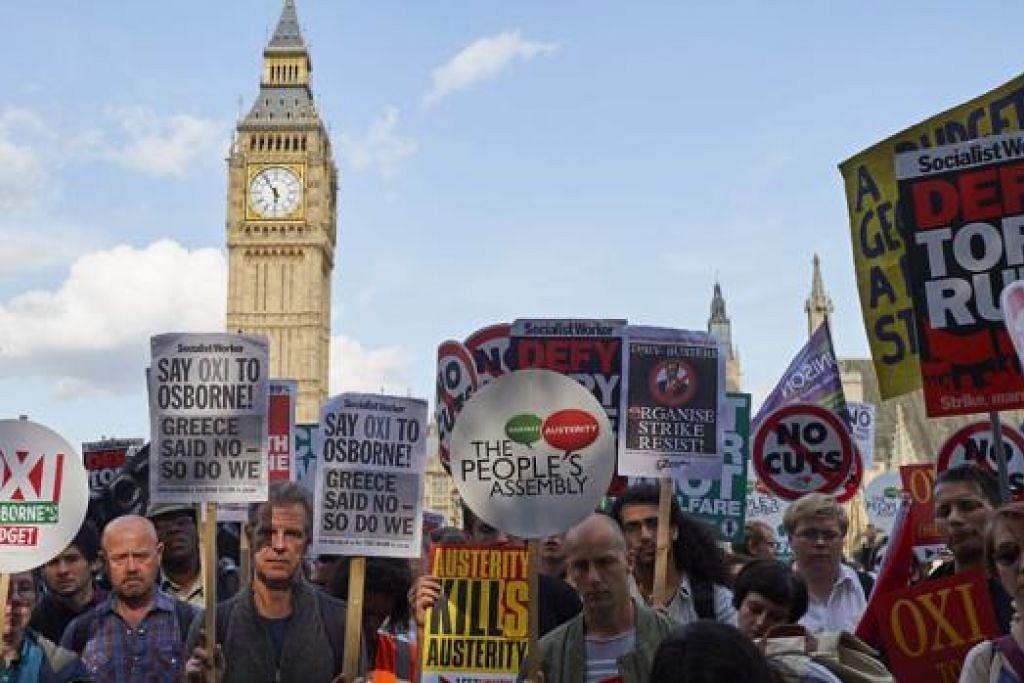 TURUT ADAKAN BANTAHAN: Rakyat Britain mengadakan bantahan terhadap langkah berjimat yang dibentangkan kerajaan Britain yang mahu mengurangkan hutang yang berisiko membangkitkan masalah yang dihadapi Greece. - Foto AFP