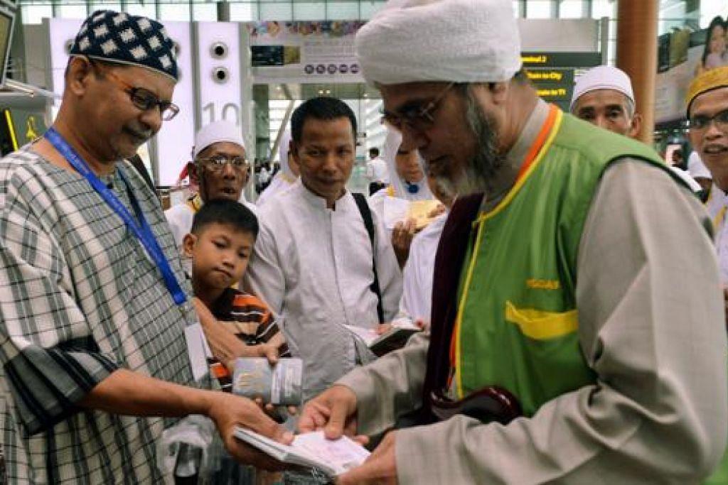 RAMADAN DI TANAH SUCI: Encik Abdullah Moosa (kiri) bersama mutawif, Habib Malik Alhadad (kanan), menunaikan umrah bersama isterinya pada akhir Ramadan ini. - Foto KHALID BABA