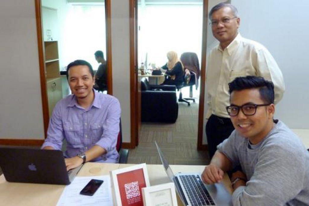 RUANG BAGI USAHATEKWAN: Encik Mohd Anuar Yusop (berdiri) bersama dua anggota Common Space, Encik Erly Witoyo (kiri) dan Encik Hilmi Harris, merupakan penyewa bilik di ruang masyarakat usahatekwan milik Angkatan Karyawan Islam (AMP). - Foto AMP