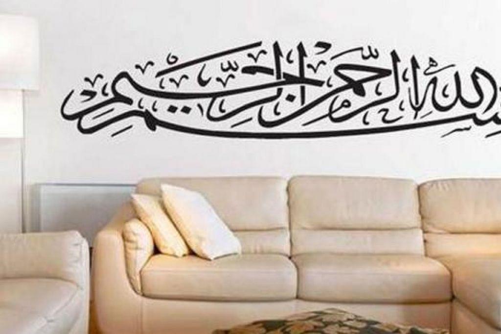 CORAK BARU: Berbanding trend dulu apabila ayat Al-Quran diletakkan pada permukaan kaca yang dibingkai, kini ramai keluarga lebih gemar menampal ayat suci itu di dinding. - Foto MARQISA