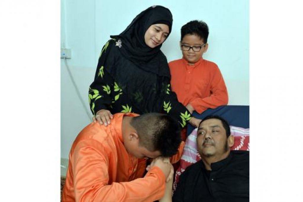 RAYA TAHUN INI BERBEZA: Cik Siti Rogayah Setapa bersama suaminya, Encik Mohamad Khairi Abdul Dalif, dan anak-anak tirinya, Muhamad Hilmy Aqid dan Muhamad Zickey Zulkarnain, (berkacamata) tidak lagi dapat menghabiskan masa membuat persiapan Raya bersama-sama. - Foto M.O. SALLEH