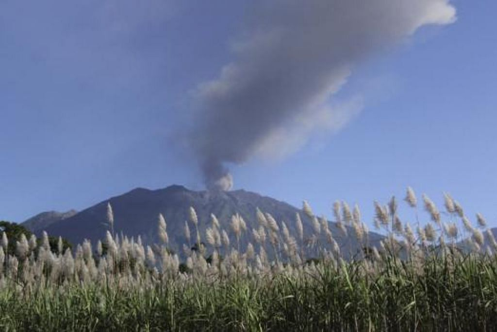 ANCAM INDUSTRI PELANCONGAN: Ledakan gunung berapi, Gunung Raung, memaksa penutupan lima lapangan terbang termasuk di Bali yang dijangka menjejas industri pelancongan pulau peranginan itu. - Foto REUTERS