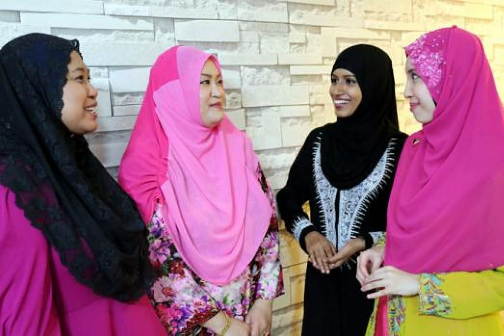 DEMI SAUDARA BARU: (Dari kiri) Cik Asmindah, Cik Juzaila, Cik Noor Mastura dan Cik Hanisah mengajak masyarakat Islam Singapura menjadi hos kepada saudara baru pada Hari Raya Jumaat ini. - Foto HAKIM YUSOF