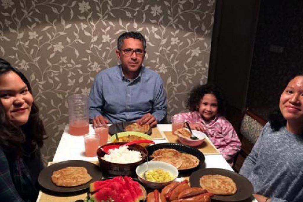 SATU PENGALAMAN BARU: Keluarga Dr Ida, (dari kiri) Adina Safwah, Encik Abdul Adzeim Al Shara, Miriam Amreen dan Adila Hana, bersiap untuk berbuka. - Foto IDA SUSILA SUANDI
