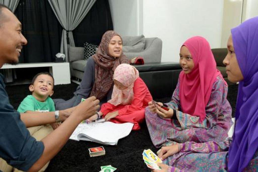 MAIN PERANAN BESAR: Cik Nur Aini (tiga dari kiri) menerima Anugerah Penyokong NS untuk Individu bagi sokongan sepadunya memainkan kedua-dua peranan ibu dan ayah kepada empat anaknya ketika suaminya, Encik Mulyadi (kiri), menjalani Perkhidmatan Negara. - Foto TUKIMAN WARJI