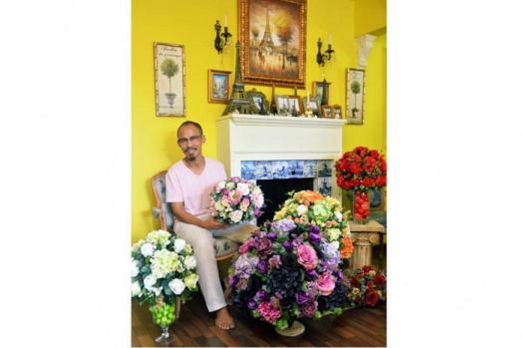 BUNGA-BUNGA CINTA: Lebaran adalah musim sibuk bagi Encik Ben Dasuki yang memenuhi permintaan pelanggan yang teruja menghiasi rumah mereka dengan gubahan bunganya. - Foto KHALID BABA