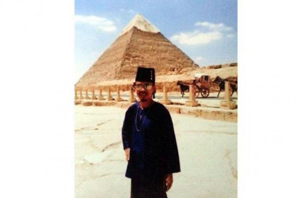 KENANGAN BERLEBARAN DI MESIR: Encik Ben ketika berfoto Raya di depan Piramid tahun lalu. - Foto ihsan BEN DASUKI