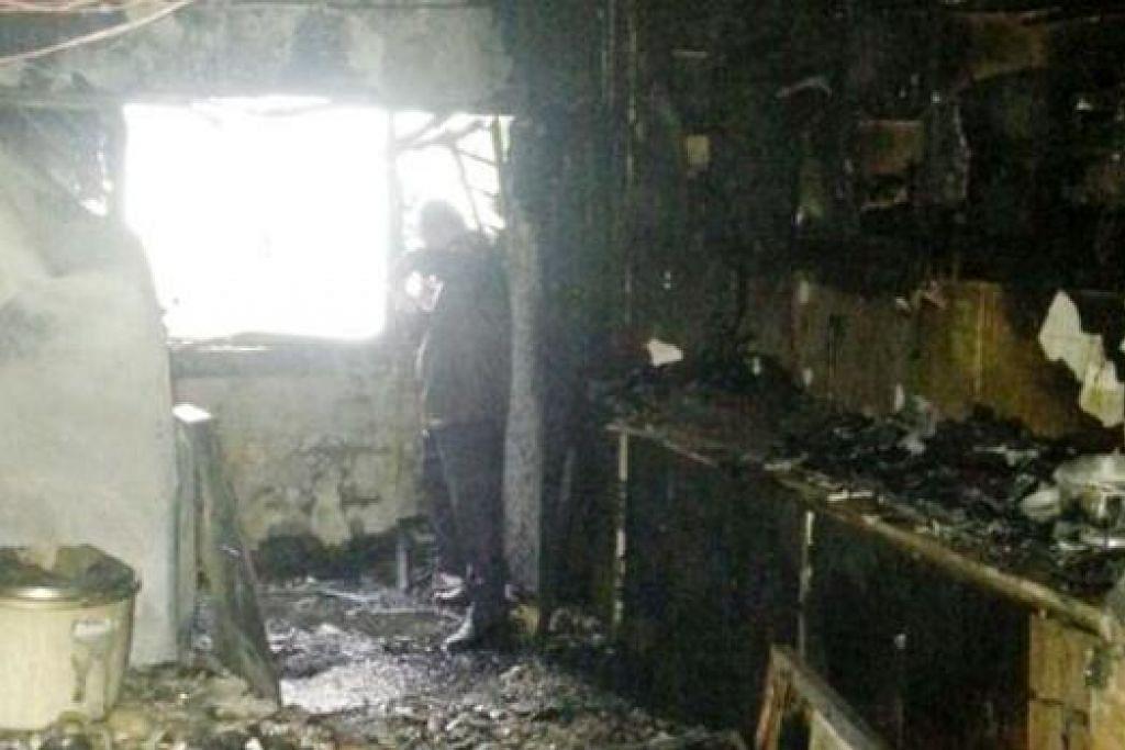 KESAN KEBAKARAN: Dapur flat teruk terbakar, segala-galanya hangus. - Foto ihsan HAJI MOHD NOH