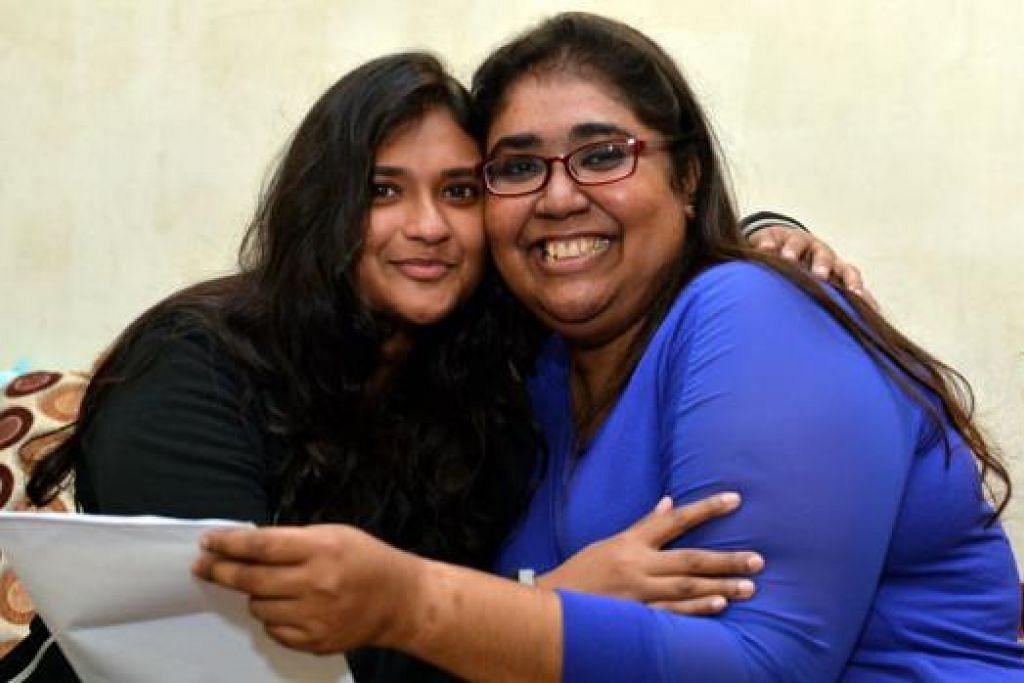 HADIAH ISTIMEWA: Cik Junaina (berbaju biru) sangat berterima kasih kepada adiknya, Cik Juliana (berbaju hitam) yang mendermakan ginjal kepadanya. - Foto M.O. SALLEH