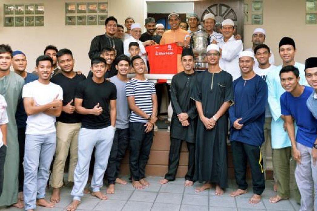LAWATAN UKHUWAH: Pasukan LionsXII turut melawat Masjid Ba'alwie Ramadan ini untuk berbuka puasa dan menyertai majlis doa selamat yang dipimpin Imam Masjid Ba'alwie, Habib Hassan Al-Attas. - Foto KHALID BABA