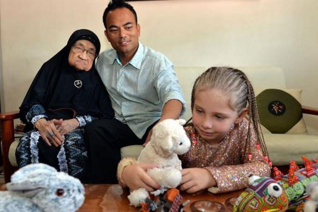 DEMI IBU: Encik Azroy mengambil francais Realty Executives di Singapura bagi meluangkan lebih banyak masa bersama ibunya, Hajah Norma Jaffa, 95 tahun, serta membolehkan anak tunggalnya, Tory, mengenali budaya Melayu. - Foto M.O. SALLEH
