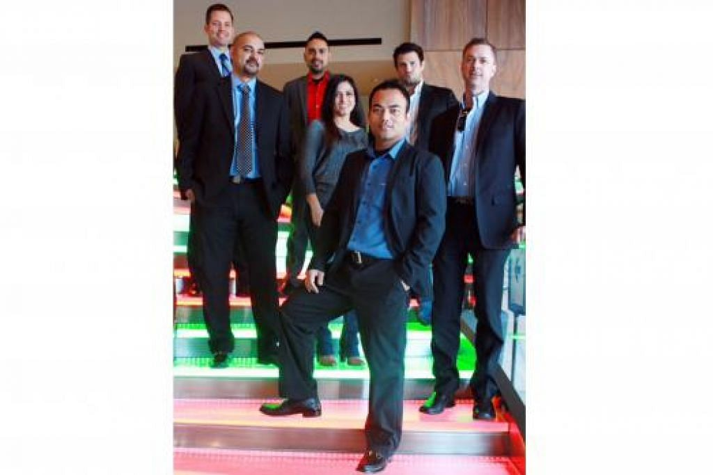 KETUAI DIVISYEN SENDIRI: Encik Azroy (depan) bersama ejen-ejen hartanah yang dipimpinnya di bawah Kumpulan Azroy dari syarikat Realty Executives yang beroperasi dari Scottsdale, Arizona. - Foto ihsan AZROY SALIM