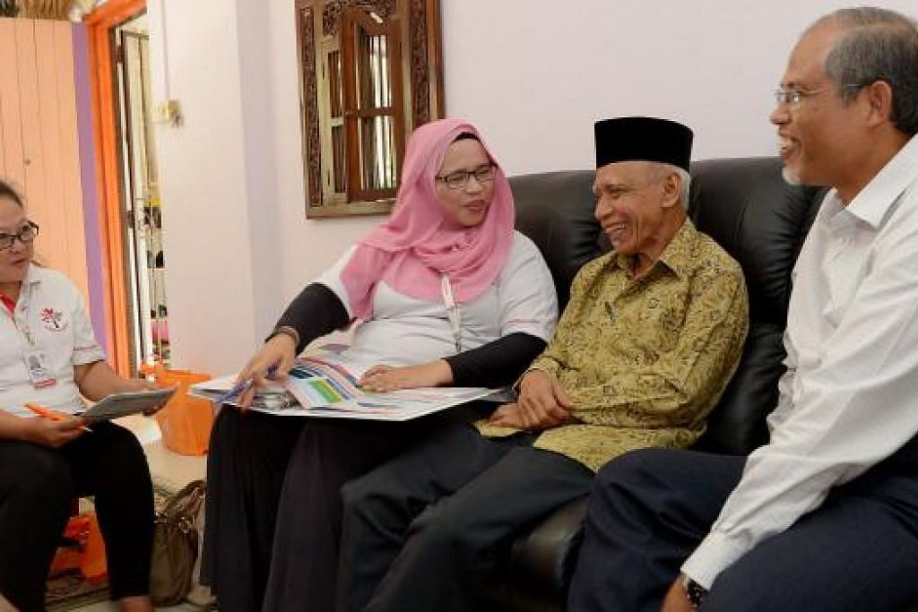 HARGAI GENERASI PERINTIS: Duta Generasi Perintis - Cik Zainab Saini (kiri) dan Cik Ramlah Rimon - serta Encik Masagos mengunjungi warga perintis, Encik Fadzlillah Fadzil, di rumahnya baru-baru ini. - Foto TUKIMAN WARJI