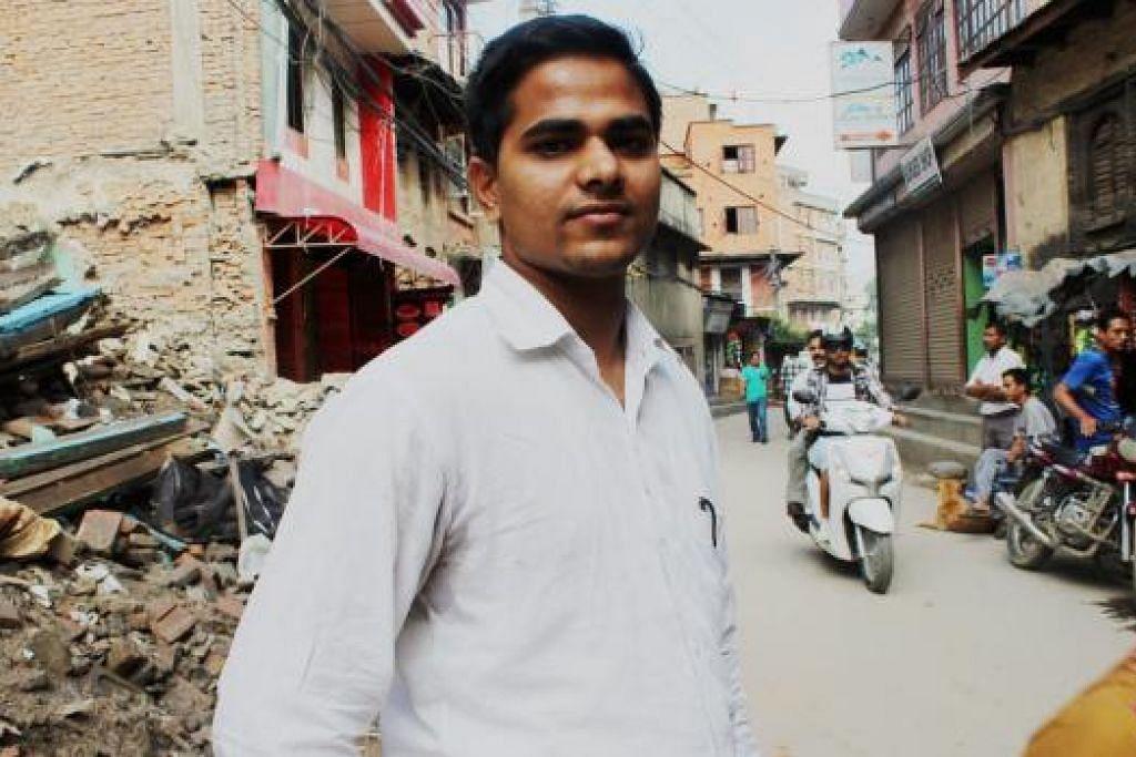 LEGA: Tiga jam selepas gempa melanda, Encik Saabir Ansari tidak dapat menghubungi keluarganya di kampung di Gorkha disebabkan perkhidmatan telefon terganggu. Namun akhirnya beliau lega mendapat tahu mereka selamat. - Foto SITI AISYAH NORDIN