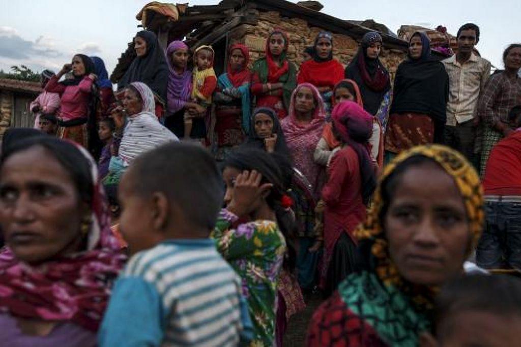 MENUNGGU BANTUAN: Penduduk Islam di Nepal berkumpul di Kampung Dargaon di Gorkha sambil menunggu ketibaan bantuan. - Foto REUTERS
