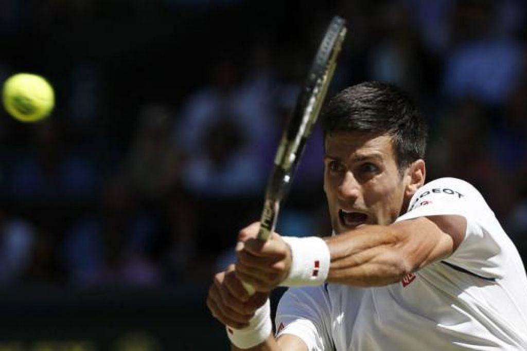 USIA HANYA ANGKA: Jika Federer mengatasi Djokovic (atas) malam ini, bererti Federer menjulang piala Wimbledon kelapan, mengatasi rekod Pete Sampras. - Foto REUTERS