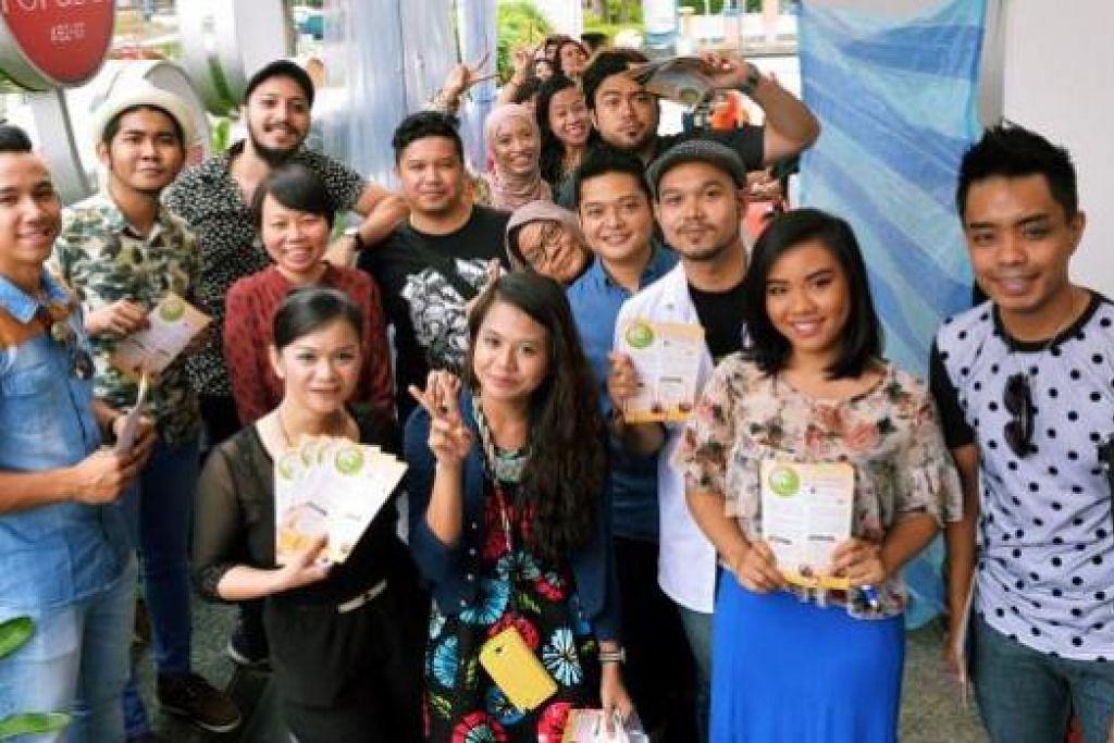 SOKONGAN PADU ARTIS: Inilah barisan artis setempat yang tampil memeriahkan gerai bazar Geng Sihat SG-Berita Harian kelmarin.
