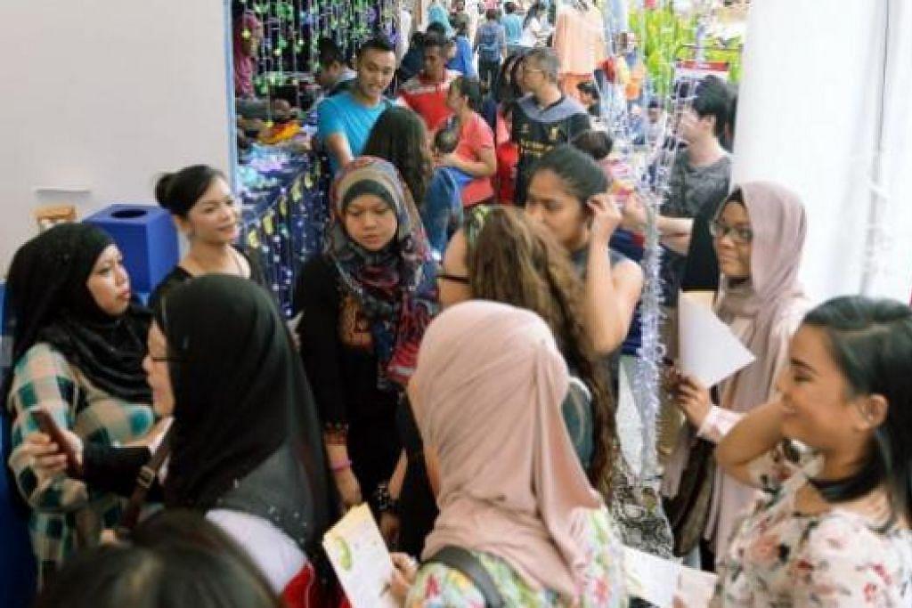 'SERBU' BAZAR UNTUK TAMPIL SIHAT: Sekumpulan pengunjung wanita ini berkunjung ke gerai Geng Sihat SG-Berita Harian bagi dapatkan keterangan tentang aktiviti kumpulan Geng Sihat SG mahupun menemui artis seperti Nana Karia (dua dari kiri) dan Erma Maulood (dua dari kanan).
