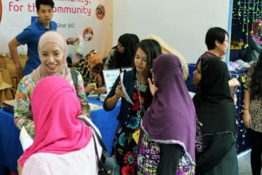 DOKTOR DAN PENYANYI 'TURUN PADANG': Penggerak Geng Sihat SG, Dr Elly Sabrina (kiri) dan penyanyi Yaya Hamid (dua dari kiri) beramah-tamah dengan pengunjung Bazar sambil mempromosikan aktiviti Geng Sihat SG.