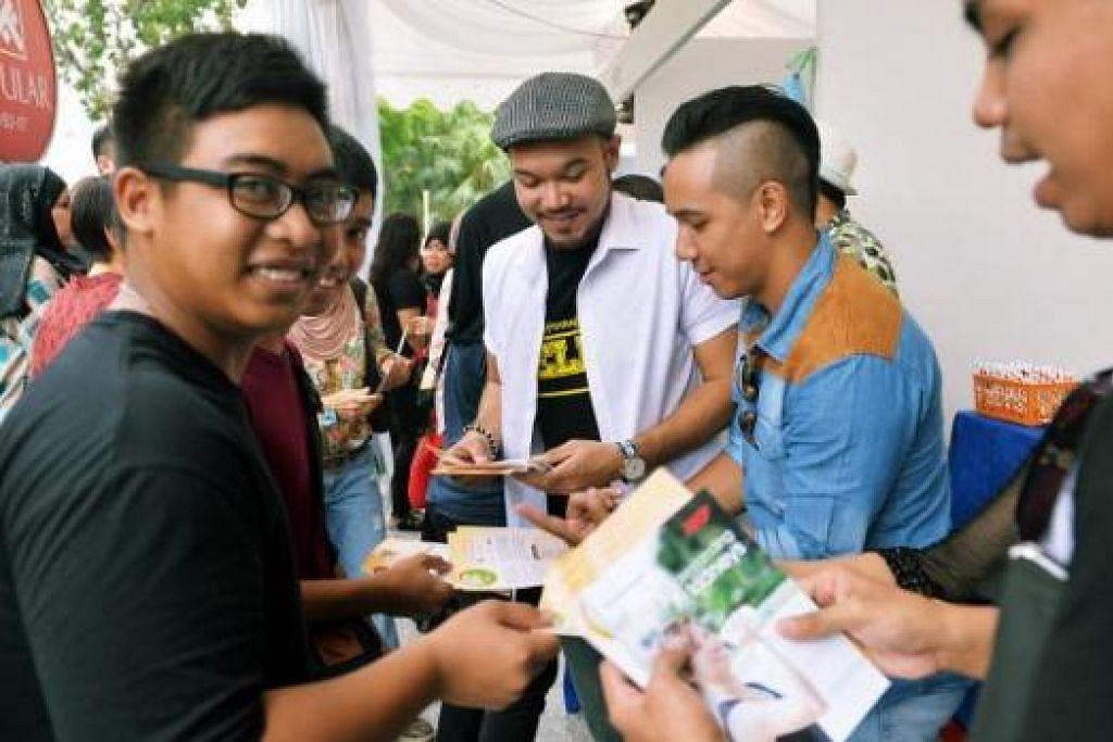 SEBAR PESANAN SIHAT: Beberapa artis setempat (dari kanan) Sunny Jackson (Kamsani Jumahat), Sufie Rashid dan Hisyam Azmi menguar-uarkan gaya hidup sihat kepada pengunjung gerai Geng Sihat SG-Berita Harian yang bertempat di hadapan Singapore Post Centre. - Foto-foto KHALID BABA