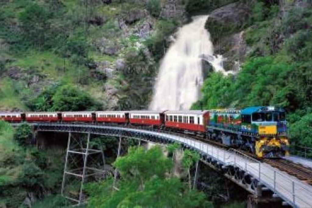 'MEMBELAH' GUNUNG: (Atas) Kereta api warna-warni itu membawa anda menjelajah alam sambil mensyukuri ciptaan Tuhan. - Foto-foto KURANDA SCENIC RAILWAY