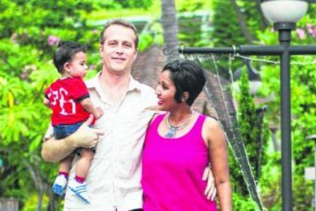 SUDAH LAMA DI SINGAPURA: Encik Iskander Walen bersama isterinya, Cik Nisa Mohamed, dan anak mereka, Yan Malcolm Walen. - Foto ihsan MD FIRMAN - ONESHOT PHOTOGRAPHY