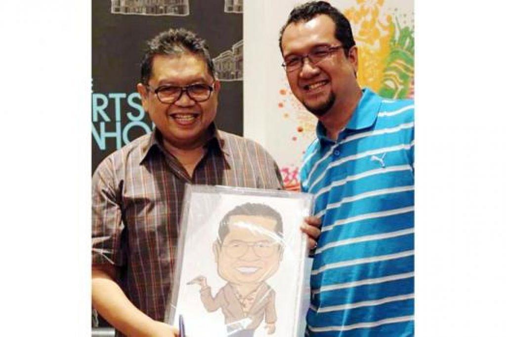 KARIKATUR UNTUK KARTUNIS TERKENAL: Encik Mohamed Idham Mokaron atau lebih dikenali sebagai Mat Tocang (kanan), dengan karikatur kartunis terkenal Malaysia, Lat (di sebelahnya), yang dilukisnya. - Foto ihsan MOHAMED IDHAM MOKARON
