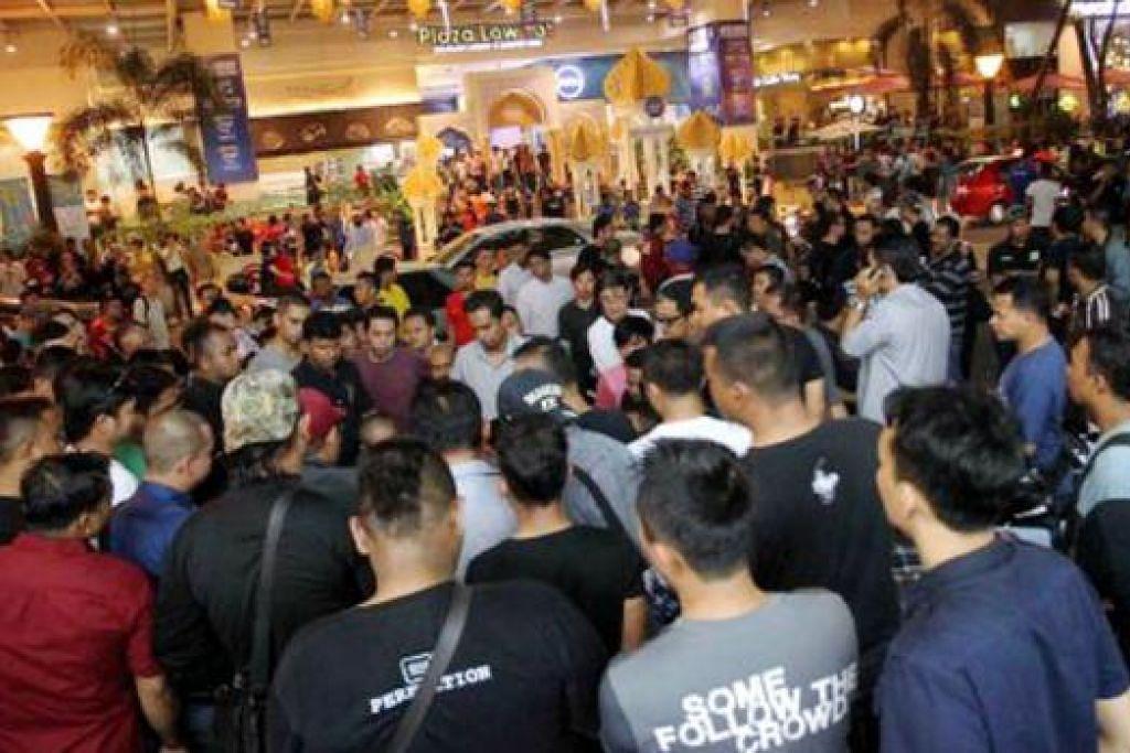 RUSUHAN DI BUKIT BINTANG: Rusuhan yang berlaku di pekarangan Plaza Low Yat disebabkan kes curian telefon bimbit dengan polis menahan 18 orang yang terlibat dalam rusuhan itu. - Foto MALAYSIAKINI