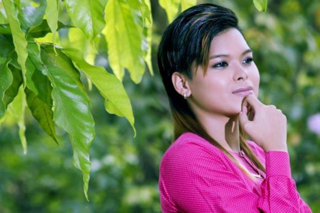 KENANG KELUARGA DI 'KAMPUNG' SINGAPURA: Sensasi YouTube setempat, Chomel, yang sudah mencipta nama di Malaysia, menghasilkan lagu 'Tibanya Syawal' sebagai rakaman perasaannya yang rindukan keluarga di Singapura. - Foto MVM PRODUCTION