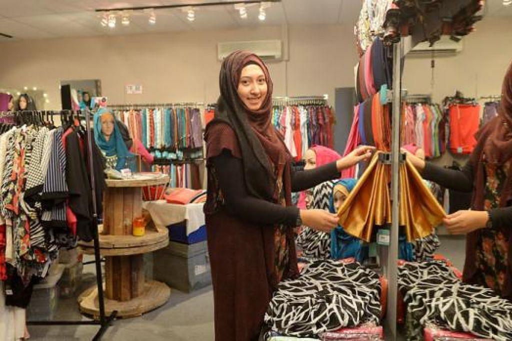 PERSIAPAN MENJELANG SYAWAL: Pemilik gerai Sahara Shawl, Cik Nadiah Khalid Abdat, 29 tahun, bersiap sedia menerima bilangan pembeli yang lebih ramai dalam beberapa hari menjelang Syawal di gerainya di bazar Ramadan Geylang Serai. - Foto TUKIMAN WARJI