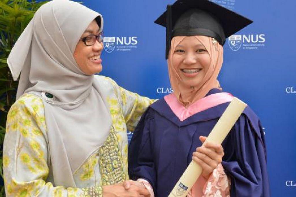 SELIDIK SEJARAH SOSIOBUDAYA MELAYU: Cik Zuraidah (kiri) mengucapkan tahniah kepada Cik Nur'Izzah yang memenangi Hadiah Yayasan Warisan Melayu kerana muncul sebagai pelajar terbaik dalam pengajian Melayu. - Foto KHALID BABA