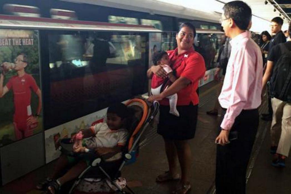 TINJAU KERETA API: Dr Faishal mendapatkan maklum balas daripada seorang penumpang di Stesen MRT Yishun bagi meninjau keadaan pada waktu sibuk pagi. - Foto SMRT