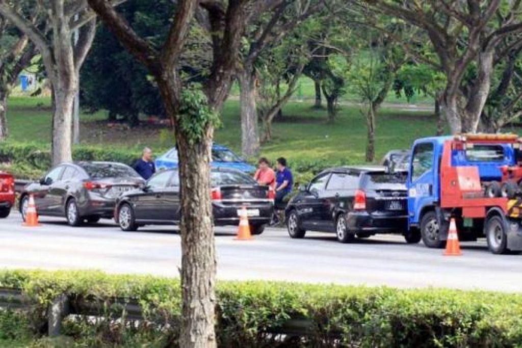 NAHAS DI JALAN RAYA: Dua kemalangan berasingan berlaku di PIE pagi semalam, menyebabkan lima orang cedera dan dikatakan 19 kereta terlibat. - Foto WANBAO